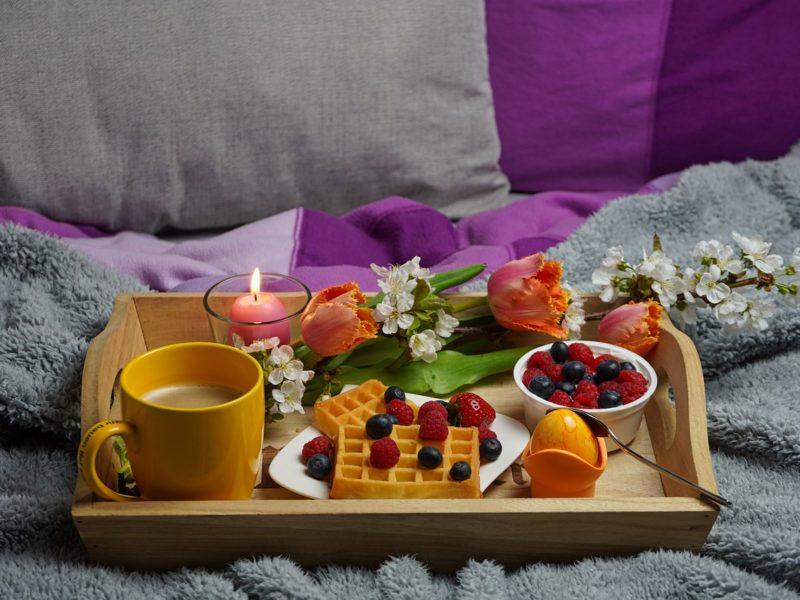 breakfast in bed 5006404 1280